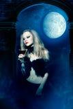 Vampirfrau mit Glas Wein Lizenzfreies Stockbild