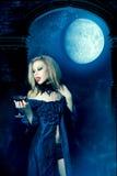 Vampirfrau mit Glas Wein Lizenzfreie Stockfotografie