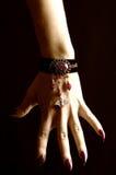 Vampirhand mit langen Nägeln Lizenzfreie Stockbilder