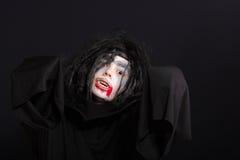 Vampirjunge, der heraus Hände ausdehnt Lizenzfreies Stockfoto