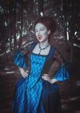 Vampiro bonito da mulher no vestido medieval Fotos de Stock