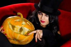 Vampiro con las calabazas de Halloween Imagen de archivo