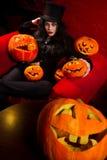 Vampiro con le zucche di Halloween Fotografia Stock