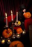 Vampiro con le zucche di Halloween Immagini Stock Libere da Diritti