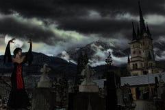 Vampiro em um cemitério Imagens de Stock Royalty Free