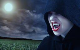 Vampiro femenino enojado en la puesta del sol Imagen de archivo