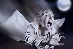 Vampiro femminile arrabbiato con gli scoppi fotografia stock libera da diritti
