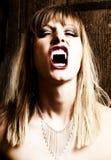 Vampiro femminile che mostra le sue zanne fotografie stock