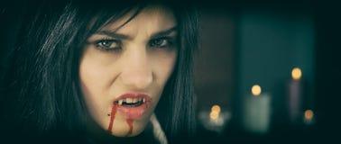 Vampiro gotico con retro stile della candela fotografia stock libera da diritti