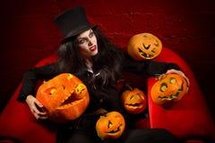 Vampyr med halloween pumpor Royaltyfria Bilder