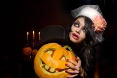 Vampyr med halloween pumpor Fotografering för Bildbyråer