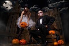 Vampyrer med halloween pumpa Arkivfoton