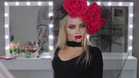 Vampyrkvinna som poserar för kamera stock video