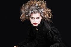 Vampyrkvinnastående, halloween smink Royaltyfri Foto