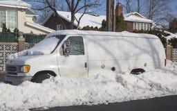 Van под снегом в Бруклине после массивнейших штормов зимы поражает северовосток Стоковое Изображение RF