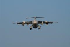Van aangezicht tot aangezicht met landend vliegtuig Stock Afbeeldingen