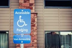 Van Accessible Sign blu per la persona handicappata in orizzontale vi fotografie stock libere da diritti
