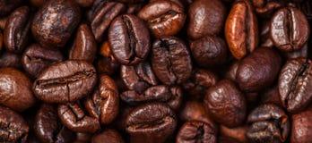 Van achtergrond koffiebonen macro De donkere geroosterde textuur van koffiebonen Royalty-vrije Stock Foto