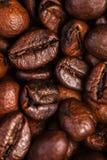 Van achtergrond koffiebonen macro De donkere geroosterde textuur van koffiebonen Royalty-vrije Stock Afbeelding