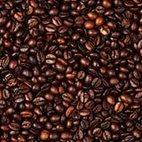 Van achtergrond koffiebonen macro De donkere geroosterde textuur van koffiebonen Stock Fotografie