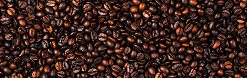 Van achtergrond koffiebonen macro De donkere geroosterde textuur van koffiebonen Royalty-vrije Stock Foto's
