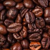 Van achtergrond koffiebonen macro De donkere geroosterde textuur van koffiebonen Stock Afbeelding