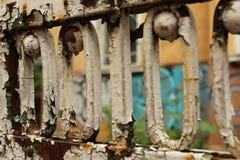 Van achtergrond Rusty Old Fence Fragment Foreground en van de Graffitimuur Stad Sofia Bulgaria Stock Afbeeldingen