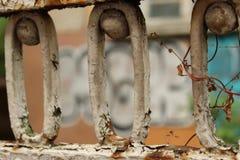 Van achtergrond Rusty Old Fence Fragment Foreground en van de Graffitimuur Stad Sofia Bulgaria Royalty-vrije Stock Afbeelding