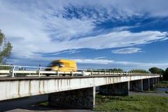 Van amarillo en el puente fotos de archivo