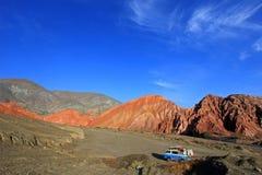 Van auf dem Hügel von sieben Farben, colores Cerros de Los Siete, bei Purmamarca, Jujuy, Argentinien stockfoto
