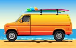 Van auf dem Strand mit Surfbrettern auf dem Dach Lizenzfreies Stockbild