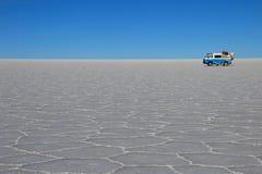 Van auf Salar de Uyuni, Salzsee, Bolivien lizenzfreie stockbilder
