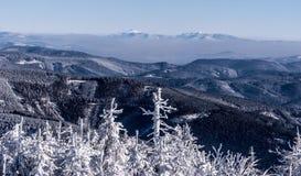 Van Babiahora en Pilsko heuvels van Lysa-horaheuvel in de bergen van de wintermoravskoslezske Beskydy in Tsjechische republiek royalty-vrije stock afbeeldingen