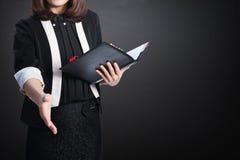 Van bedrijfs Azië vrouwenhanddruk en blinde muur voor tekst en backgr Royalty-vrije Stock Afbeelding
