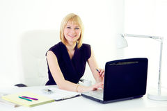 Van Bedrijfs beautiul glimlachende vrouw op kantoor Stock Foto