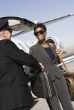 Van bedrijfs bestuurderstaking briefcase from Vrouw bij Vliegveld Royalty-vrije Stock Foto's