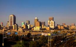 Van bedrijfs Johannesburg Centrale Districtsgebouwen en wegen stock afbeelding
