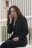 Van bedrijfs Latina Vrouw die op de Telefoon van de Cel spreekt Stock Foto