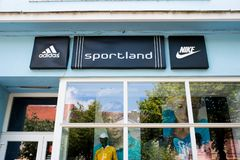 Van bedrijfs Nike en Adidas-emblemen op de straat stock afbeeldingen