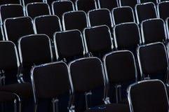 Van bedrijfs rijen zwarte stoelen Stock Foto