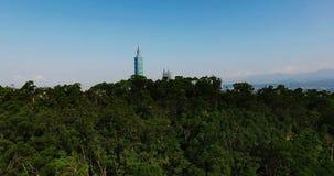 Van Berg die in de stad van Taipeh, Taiwan vliegen stock videobeelden