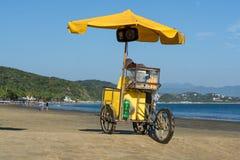 Van bicicletaamarilla van Gr vendedor DE helados està ¡ Engelse su playa DE Manzanillo Colima van La Engelse royalty-vrije stock fotografie
