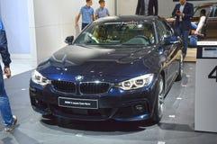 Van BMW de Vierde Donkerblauwe TrafficMoscow Internationale Automobiele Salon van de Reeksgran Ð ¡ upe Stock Fotografie