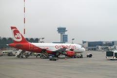 """VAN BOEKAREST, ROEMENIË Â€ """"18 FEBRUARI: AirBelinvliegtuig die bij de Kip wachten Stock Afbeeldingen"""