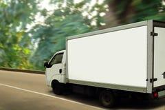 Van, bosque verde. Concepto ecológico del transporte. imágenes de archivo libres de regalías