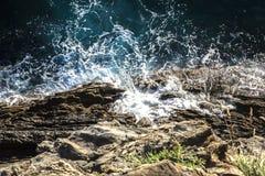 Van boven een mening van de overzeese golf en de rotsen Stock Afbeeldingen