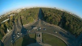 Van Brandenburg de Poort en van TV Toren en de schaduw van de Overwinningskolom, fisheye lensschot Berlijn, Duitsland stock video