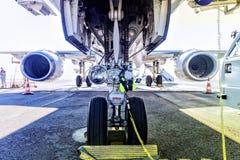 Van brandstof voorzien en def. die vliegtuigen controleren alvorens van start te gaan stock foto