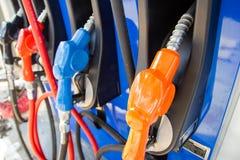 Van brandstof voorziend auto's - Automaat pompende diesel of benzine stock fotografie
