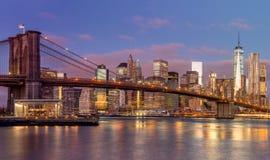 Van Brooklyn de Brug en van Manhattan wolkenkrabbers bij zonsopgang, New York Stock Afbeelding